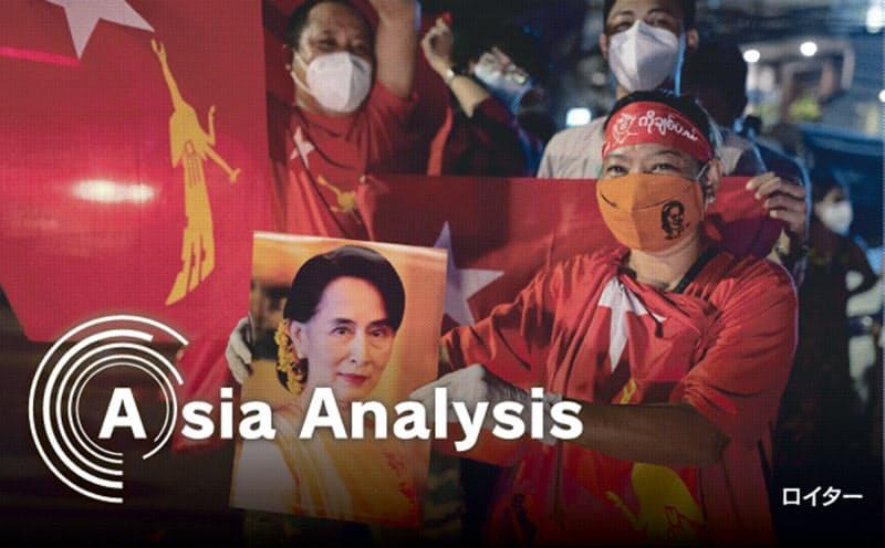 11月8日の投票日の夜、NLD本部前には勝利を確信するスー・チー氏支持者が続々と集まった(ヤンゴン)=ロイター