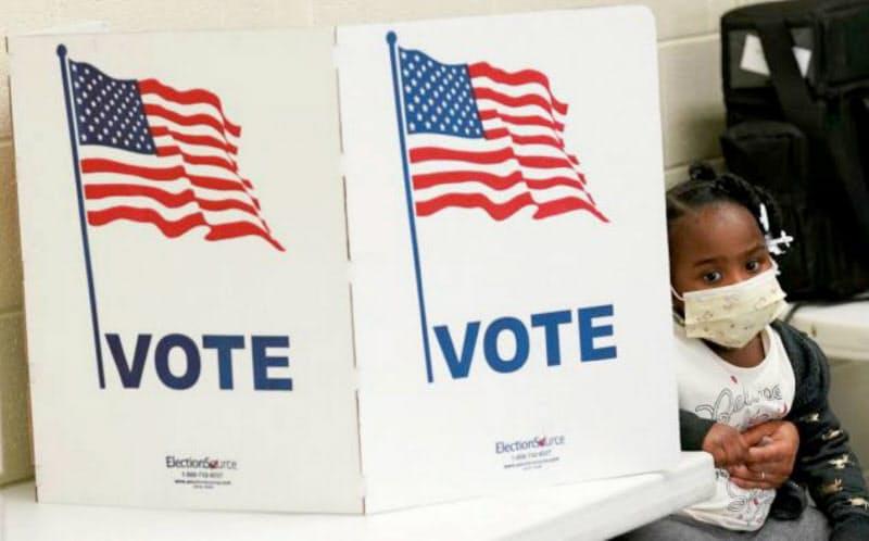 郵便投票の増加により大統領選挙の投票率は歴史的な高水準となった=AP