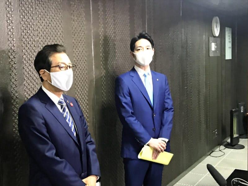 新型コロナウイルス感染対策で会談した後に報道陣の取材に応じる北海道の鈴木直道知事(右)と札幌市の秋元克広市長(16日、北海道庁)