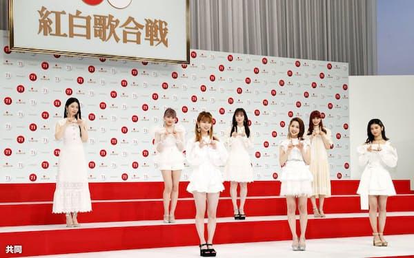 第71回紅白歌合戦に初出場が決まり、記念撮影でポーズをとるNiziU(16日午後、東京・渋谷のNHK放送センター)=共同