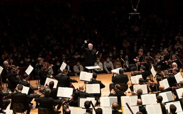 チャイコフスキー「悲愴」を指揮するゲルギエフ(10日、東京都港区のサントリーホール)=同ホール提供