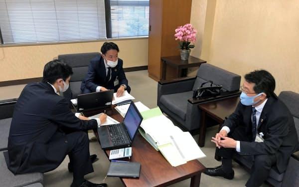 埼玉りそな銀行は本部の営業店支援グループと支店の担当者が顧客の経営改善策を一緒に検討する(16日、蕨支店)