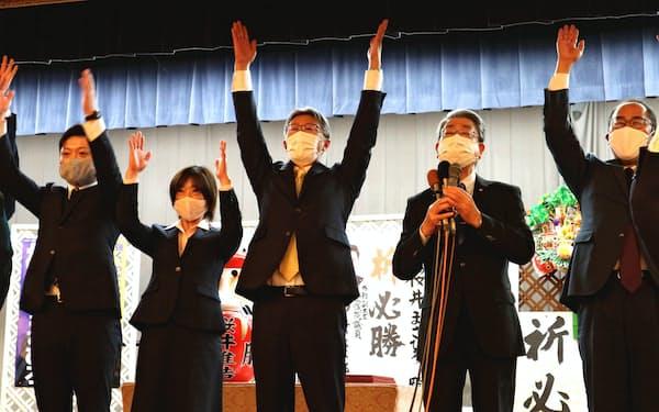 当選が確実になったことを受けて万歳三唱をする桜井雅浩氏(15日、新潟県柏崎市)