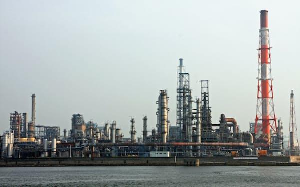 出光は愛知製油所の石油化学製品を増強する(愛知県知多市の愛知製油所)