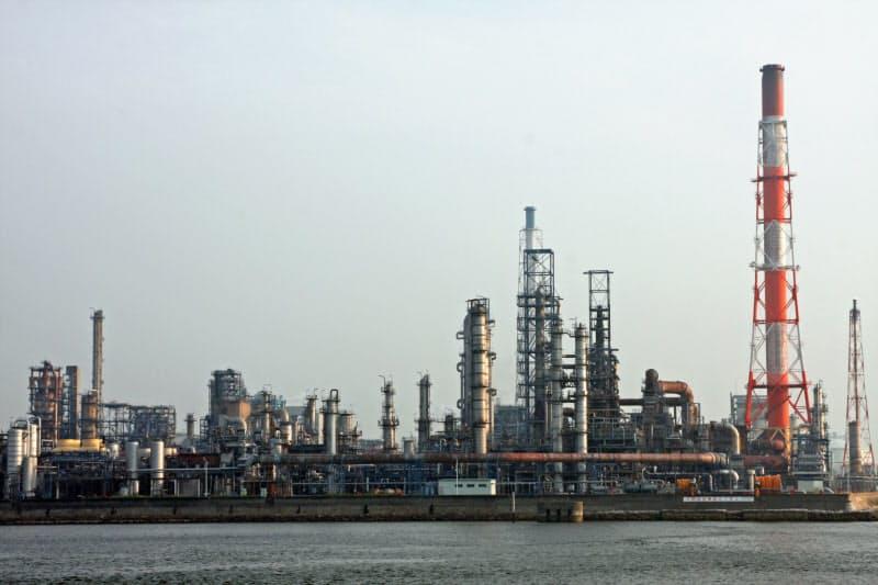 石油元売り、系列超え拠点統廃合 脱炭素などで需要減