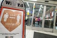 スウェーデンでは10月末ごろから感染者数が急増していた(16日、ストックホルムのスーパー)=ロイター