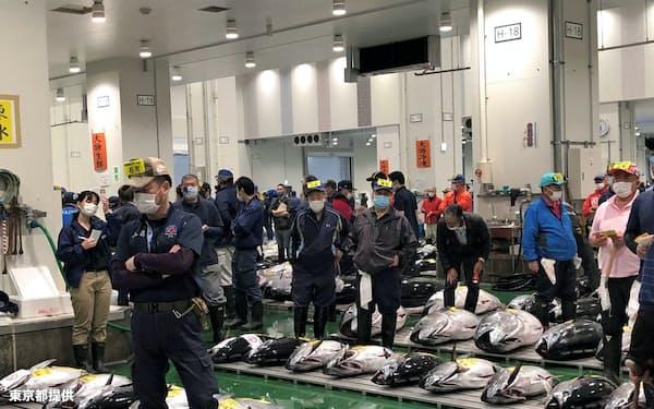 新型コロナもあって豊洲市場の水産物取扱量は大きく減った(8月上旬のセリ風景、東京都提供)