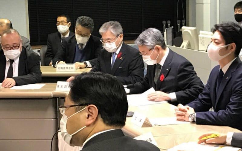 北海道は札幌市を道独自の警戒ステージ4相当に引き上げた(17日、北海道の新型コロナウイルス感染症対策本部会議)