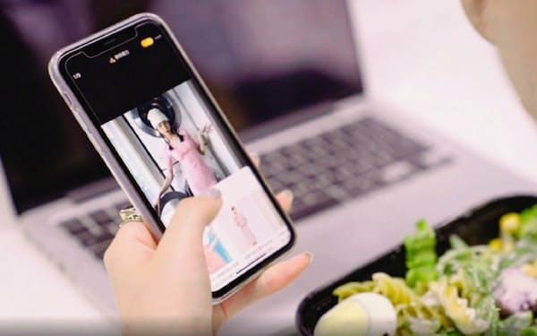 動画に登場する洋服などをAIで解析し、通販サイトで商品を検索できる(mai提供)