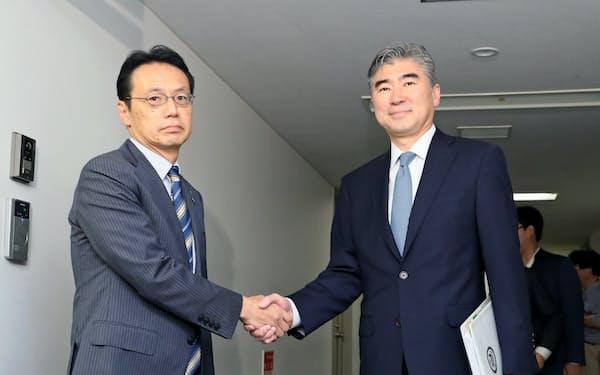 金杉氏(左)はアジア大洋州局長時代にキム氏(右)と協議を重ねた
