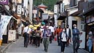 秋の観光シーズンに向けて徐々に観光客が戻り始めた清水寺参道(京都市)
