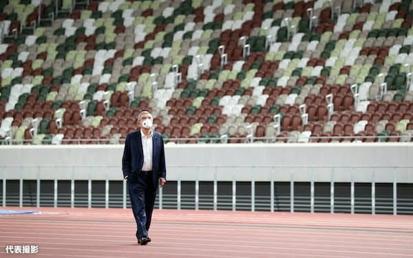 国立競技場を視察するIOCのバッハ会長(11月17日、東京都新宿区)=代表撮影