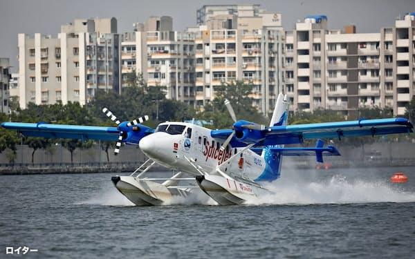 10月31日に定期運航が始まったインド初の水上飛行機(西部グジャラート州)=ロイター
