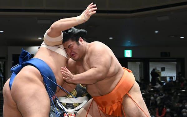 千代の国(左)を攻める志摩ノ海