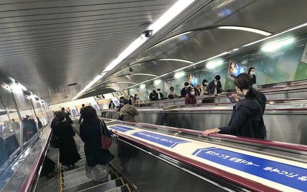 エスカレーターの上を歩くと危険が大きい(東京メトロ千代田線の新御茶ノ水駅)