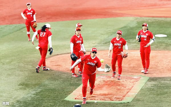 ソフトボール女子日本代表合宿で守備練習する上野(中央)ら。赤色を基調とした新ユニホームを着用した(17日、横浜)=共同