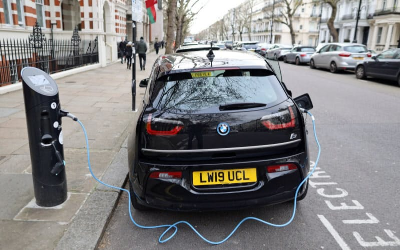 英国では路上で充電できる設備が増えている=ロイター