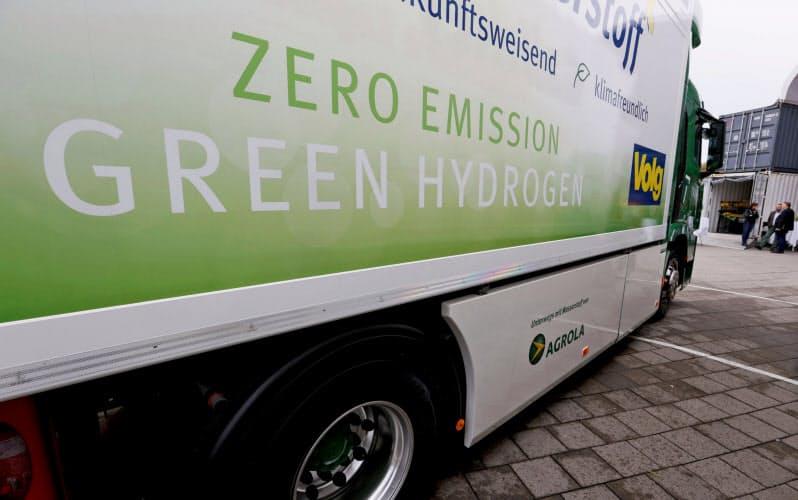 脱炭素社会実現に向け、世界で水素技術に関心が高まっている(7月、スイス・ルツェルンで紹介された燃料電池トラック)=ロイター