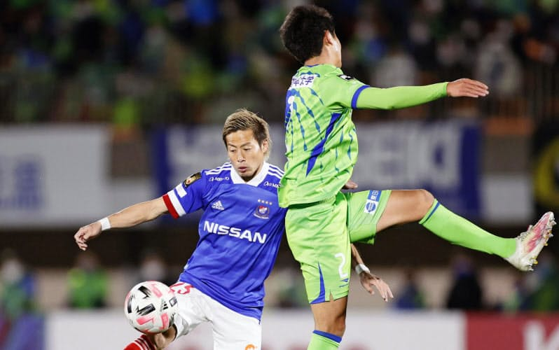横浜M・仲川(左)は昨季、日本人選手9人目のJ1得点王に輝いた=共同