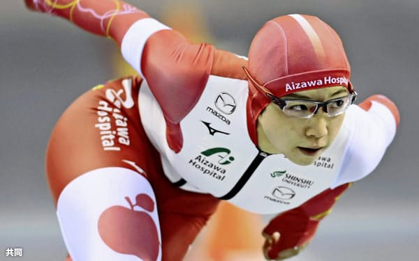 今季の500メートルではリンゴがプリントされた赤いレーシングスーツで滑っている=共同