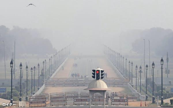 インド北部では大気汚染が深刻で、新型コロナウイルスの感染拡大や症状悪化を招いているとみられている=ロイター