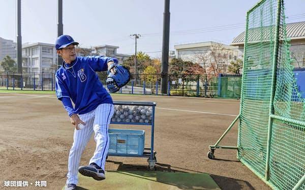 2軍施設での自主練習を視察し、打撃投手を務めたDeNAの三浦新監督(18日、神奈川県横須賀市)=球団提供・共同
