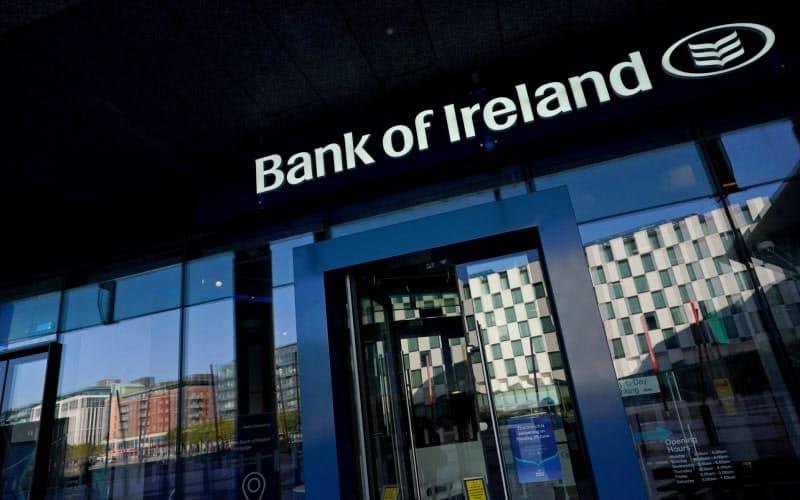 ダブリンのグランド・カナル・スクエアにあるアイルランド銀行のガラスには立ち並ぶ多国籍企業のビルが映る=ロイター