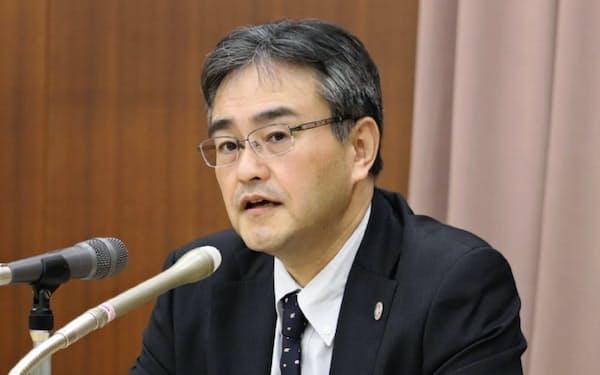 記者会見する地銀協の大矢恭好会長(18日、東京・千代田)
