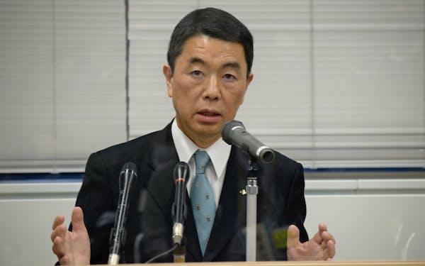 村井知事は3者会談後に原発の必要性を訴えた(11日、宮城県石巻市)