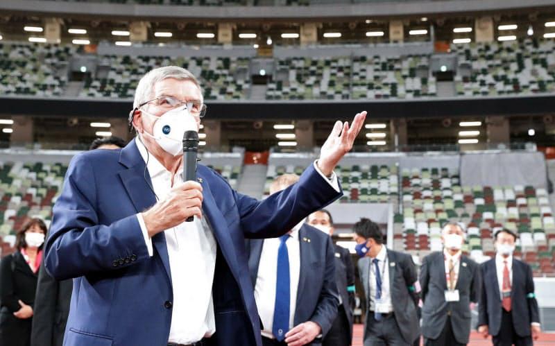 国立競技場を視察し、記者団の質問に答えるIOCのバッハ会長(17日、東京都新宿区)