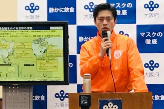 記者会見する吉村知事(18日、大阪府庁)