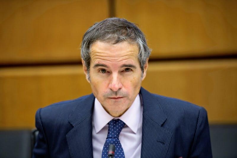 IAEAのグロッシ事務局長は、未申告の施設からウラン粒子が検知されている問題でイランに十分な説明を求めた(18日、ウィーンの本部)=ロイター