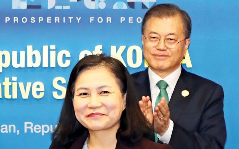 WTO事務局長選に出馬し、最終選考まで残った韓国の兪明希氏(手前)と文在寅大統領(2019年11月)=聯合・共同