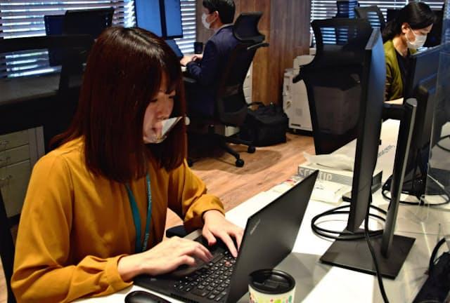 市地さん(左)は病院の事務職からシステムエンジニアに転身した(東京都千代田区のアイソプラ)
