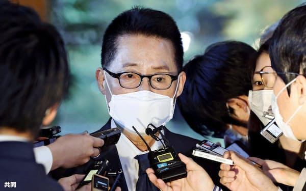 10日、首相官邸を訪れた韓国の朴智元・国家情報院長=共同