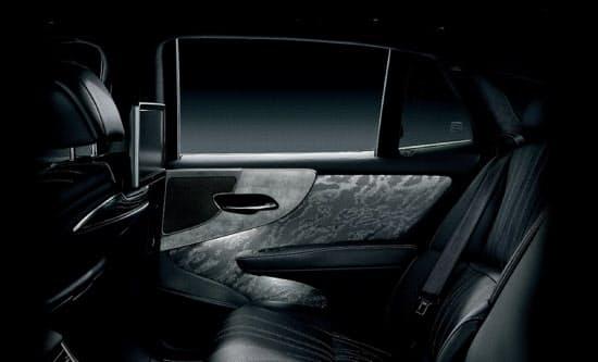 内装にプラチナ箔を使った「レクサスLS」(トヨタ自動車提供)