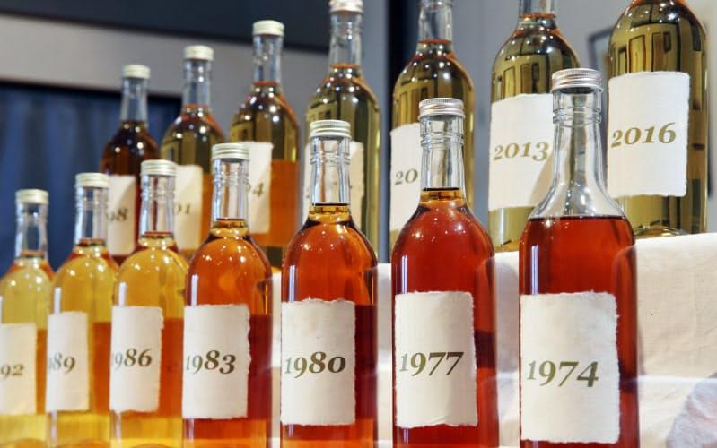 年を重ねるにつれ琥珀(こはく)色が濃くなっていく日本酒(千葉県いすみ市の木戸泉酒造)