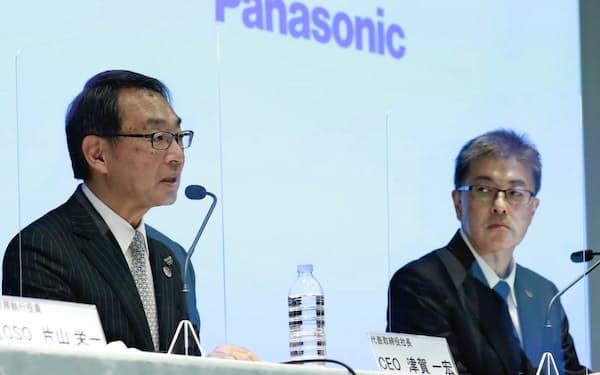 記者会見するパナソニックの津賀社長(左)と次期社長の楠見常務執行役員(17日、東京都港区)