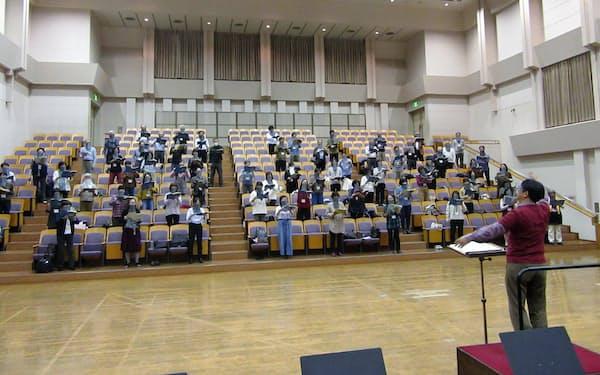 合唱専用のマスクを着けて練習に励む大阪フィルハーモニー合唱団(大阪市の大阪フィルハーモニー会館)
