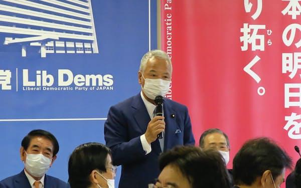 自民党税制調査会の総会であいさつする甘利税調会長(19日、党本部)