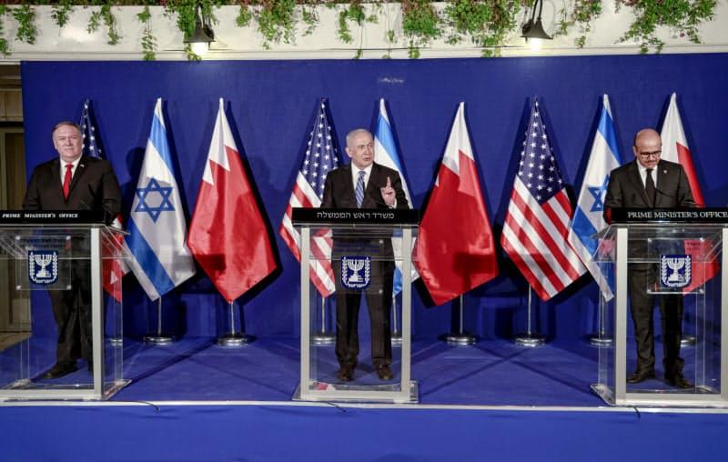 ポンペオ米国務長官(左)とイスラエルのネタニヤフ首相(中)(18日、エルサレム)=AP