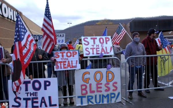 敗北を認めないトランプ米大統領の支持者による抗議デモが続く(17日、ペンシルベニア州)=AP