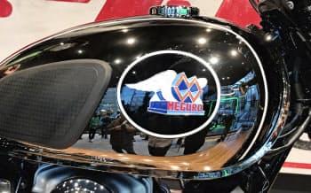 「銀鏡塗装」を施した燃料タンク。職人が手作業で塗ったメグロエンブレムを装着した(19日、東京都世田谷区)