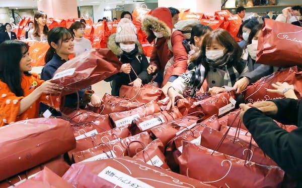 初売りでの福袋販売は多くの人を集めてきた(1月、東京都中央区の松屋銀座店)