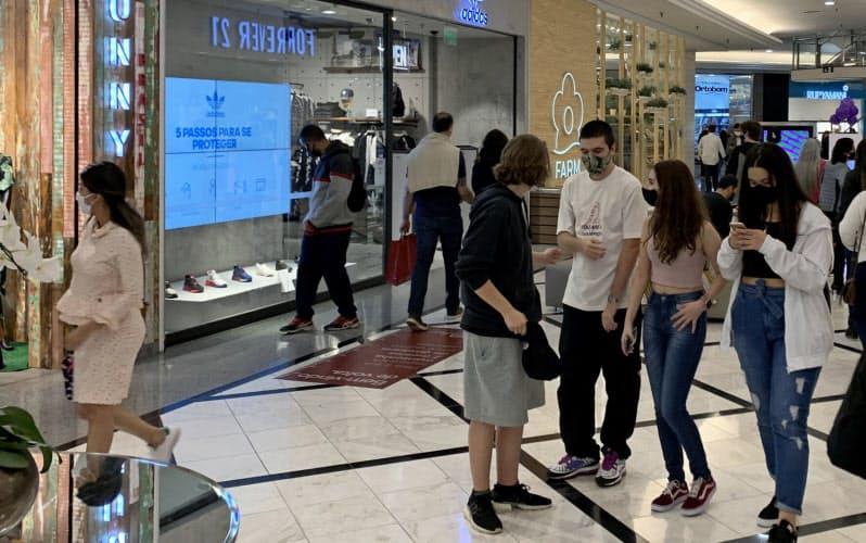 経済活動の再開でにぎわうブラジルのショッピングモール(10月、サンパウロ)