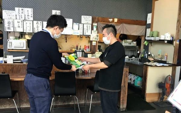 茨城県職員の「キャラバン隊」が飲食店などで感染防止ツール登録を呼びかけ(水戸市)