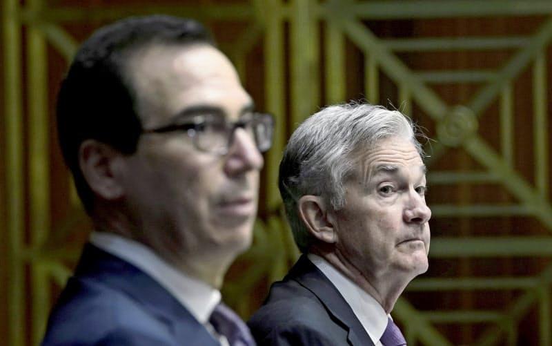 ムニューシン米財務長官(左)とFRBのパウエル議長=ロイター