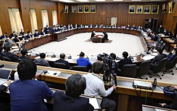 菅政権発足後初めての自由討議が実施された衆院憲法審査会(19日)=共同