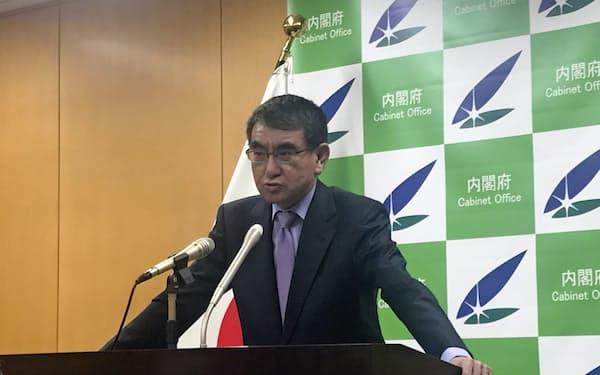 記者会見する河野規制改革相(20日、内閣府)