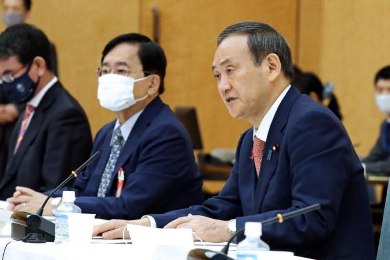 菅首相は押印廃止などの検討を指示した(10月7日の規制改革推進会議)